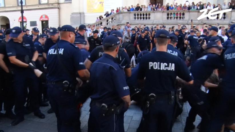 Gorąco na ulicach Warszawy. Policja usuwała blokujących przemarsz narodowców [WIDEO]