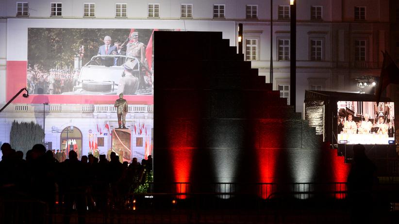 Warszawa. Jacek Sasin i Marek Suski proszą o datki na rozbudowę pomników smoleńskich