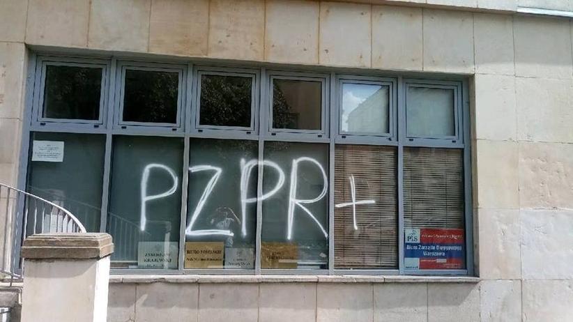 Warszawa. Kolejna dewastacja siedziby biur poselskich
