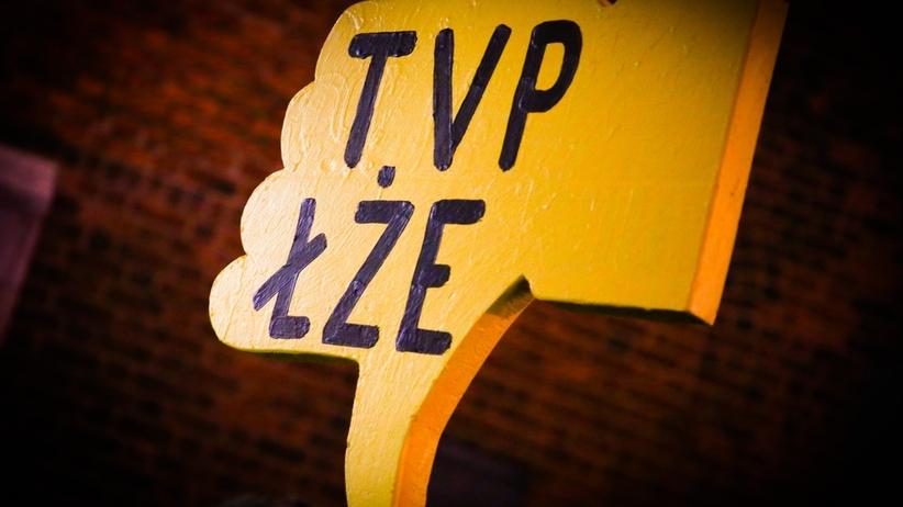 """Spontaniczna manifestacja pod siedzibą TVP. Chodzi o materiał """"Wiadomości"""""""