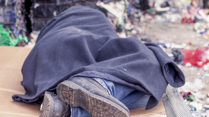 """""""Prosimy nie wpuszczać bezdomnych"""". Ogłoszenie na warszawskim osiedlu pod ostrzałem krytyki [FOTO]"""