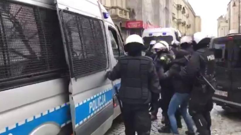 Policjanci zaciągają kobietę do radiowozu. Nagle słychać: Siadaj, ku**o! [WIDEO]