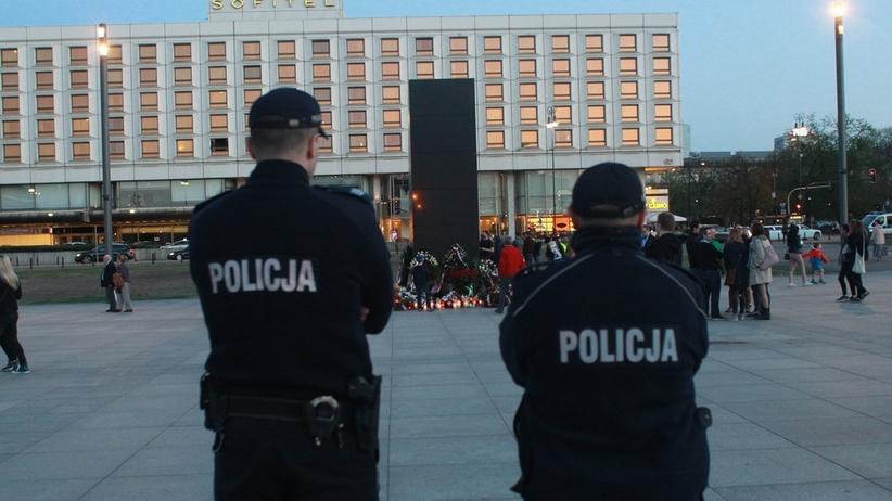 Jeździli na hulajnogach pod pomnikiem smoleńskim. Policja zatrzymała nastolatków