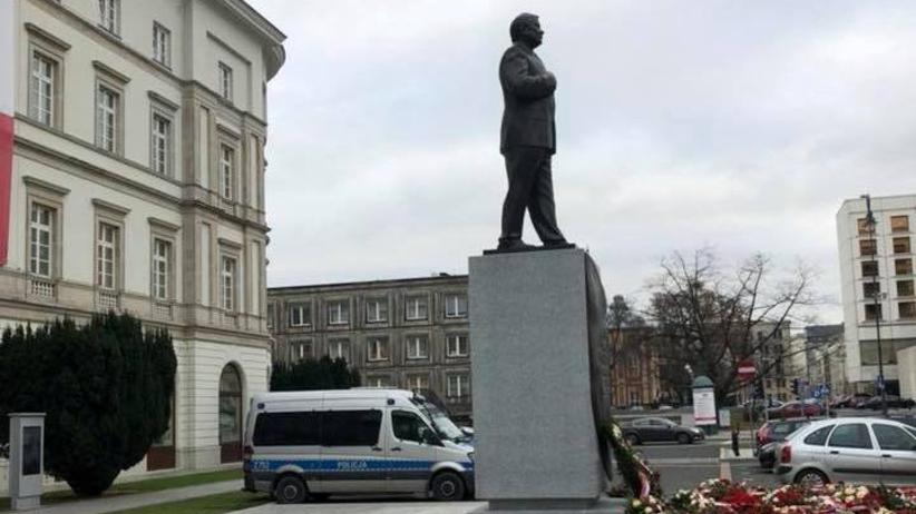 Policyjny radiowóz pilnuje pomnika Lecha Kaczyńskiego? Policja: jeżeli ktoś nie rozumie, to jego problem
