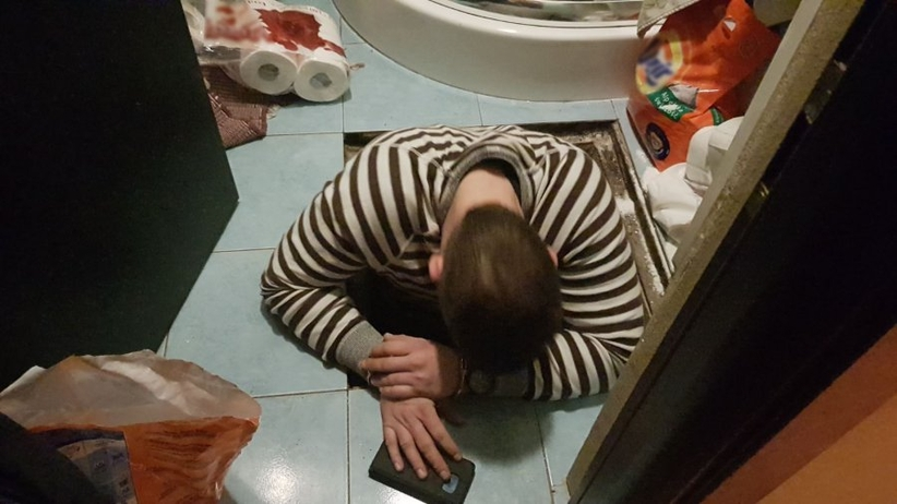 Ukrył się pod podłogą w łazience
