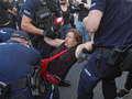 Warszawa. Policja siłą usunęła próby blokady marszu narodowców