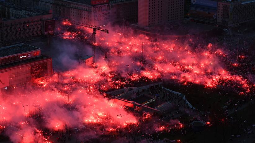 Race, petardy i tłumy na ulicach Warszawy. Niesamowite zdjęcia z Marszu Niepodległości [FOTO]