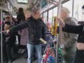 Warszawa. Starszy mężczyzna z rowerem wyrzucony z autobusu