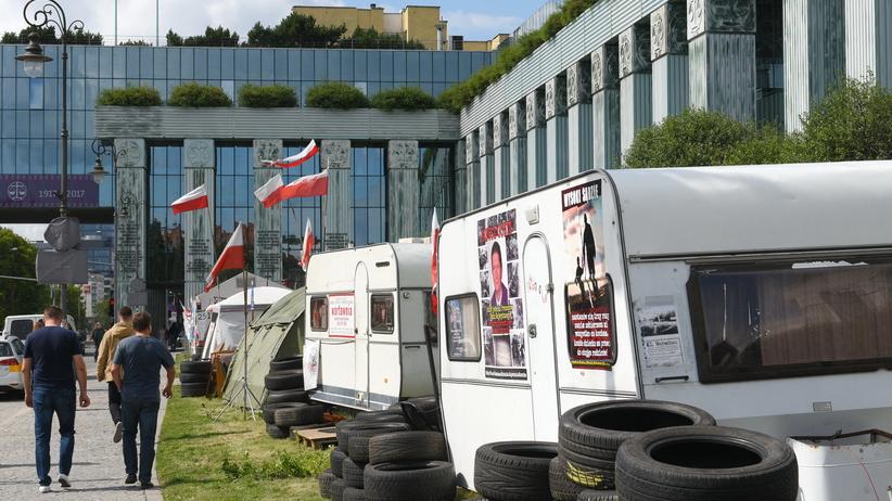 Donald Trump w Warszawie. Miasteczko namiotowe przed Sądem Najwyższym zlikwidowane