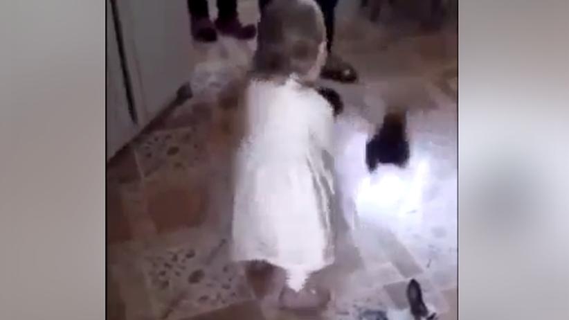 Przerażające wideo. Dziecko rzuca żywymi królikami o podłogę, dorośli pomagają