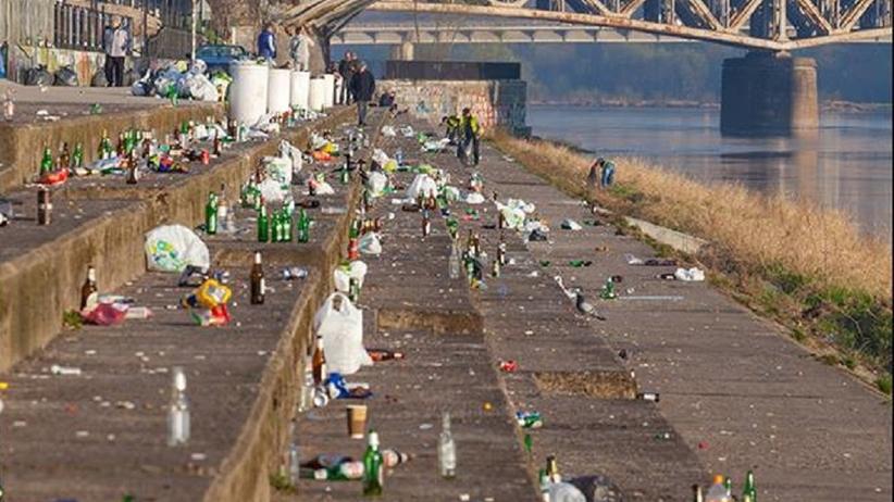 Krajobraz po bitwie: bulwary wiślane toną w śmieciach po weekendzie