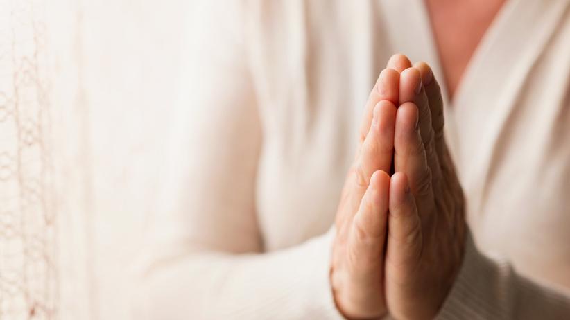 Zapukała do drzwi starszej pani i zaczęła się głośno modlić. Wkrótce ukradła jej 32 tys. zł