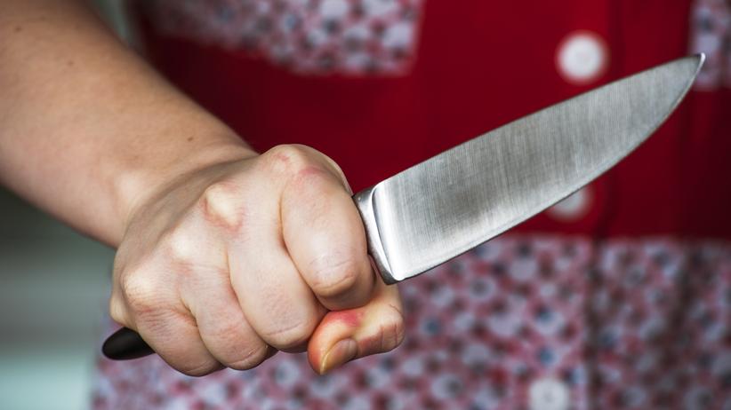Krwawy finał domowej awantury. Pijana kobieta ugodziła partnera nożem