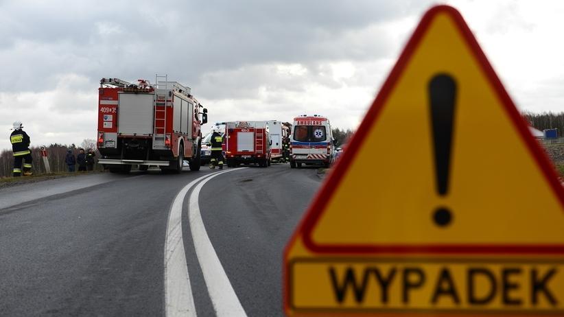 Tragiczny wypadek na drodze krajowej. Zderzyły się dwa auta i ciężarówka