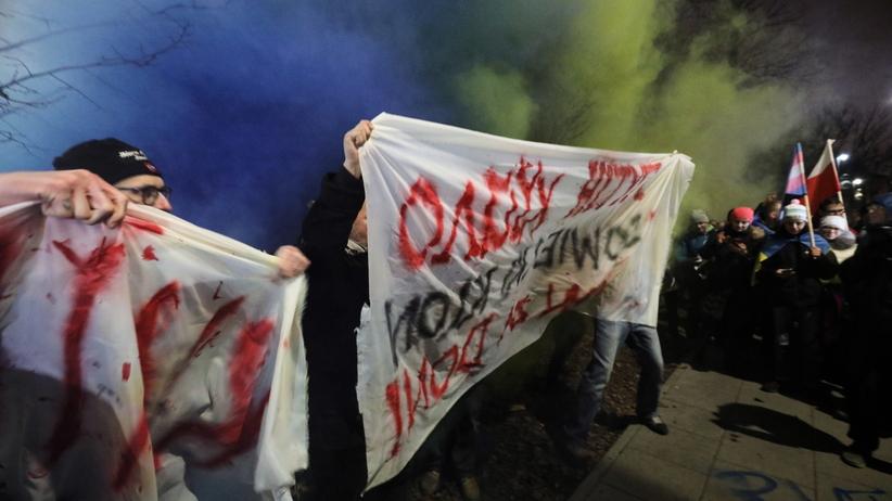 Wojna na Ukrainie. Protest przed ambasadą rosyjską w Warszawie. Były race i akcja policji