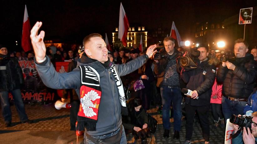 """Wrocław. Miasto rozwiązało marsz narodowców. Tłum: """"Precz z żydowską okupacją"""""""