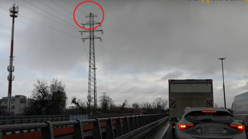 Mężczyzna wspiął się na słup energetyczny, grozi samobójstwem. Akcja policji we Wrocławiu [WIDEO]