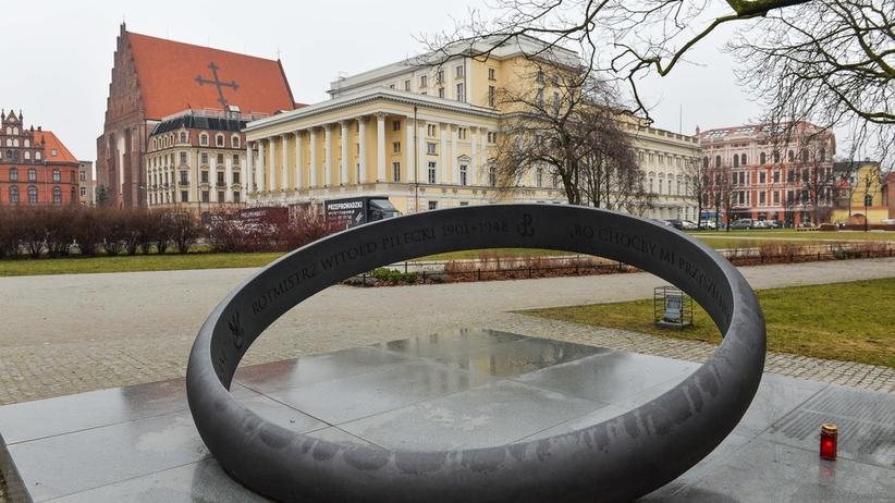 Zabawa pod pomnikiem polskiego bohatera. Zdjęcie wywołało burzę [FOTO]