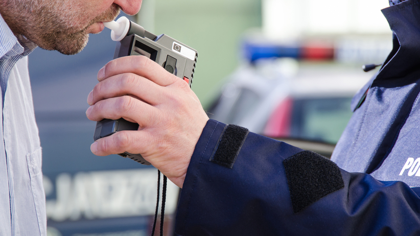 Pijany kierowca próbował przekupić policjantów. Jako łapówkę zaproponował swój samochód