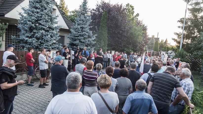 Protest przed domem Schetyny. Tłum wołał: bandyci i złodzieje