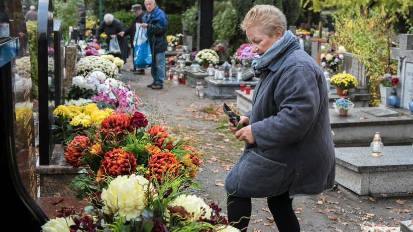 Polskie miasta zamykają cmentarze. Co będzie we Wszystkich Świętych?