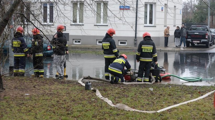"""Czarna woda zalała ulice Targówka. """"Nie mamy żadnej informacji, że to jest ropa"""""""