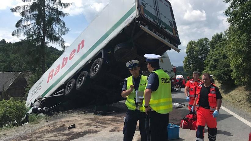 Wypadek na zakopiance. Autobus z dziećmi zderzył się z ciężarówką
