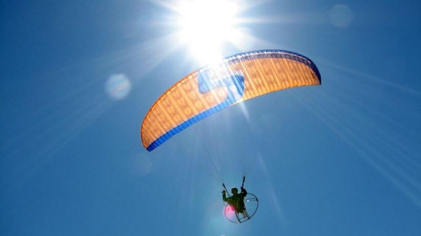 Paralotniarz miał poważny wypadek. Spadochron zwinął się, kiedy uciekał przed burzą