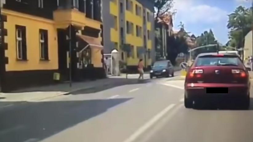Tarnowskie Góry: 81-latek potrącił młodą kobietę na pasach [WIDEO]