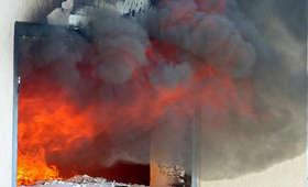 Policjant wszedł do płonącego budynku. Uratował czteroletnie dziecko i jego ojca