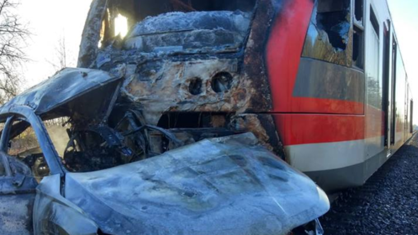 """Tragedia na przejeździe kolejowym. """"Pociąg ciągnął auto pewnie z 500 metrów"""" [WIDEO]"""