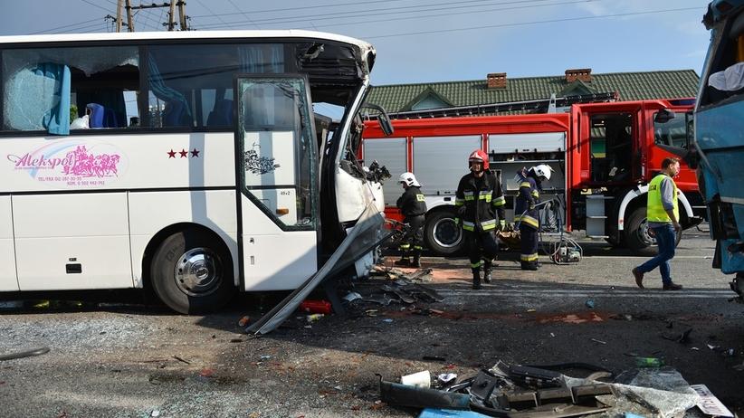 Zderzenie busa z autem osobowym. Są ranni