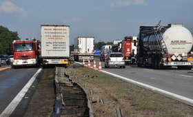 Uwaga, zablokowana A4! Zderzenie siedmiu ciężarówek i auta