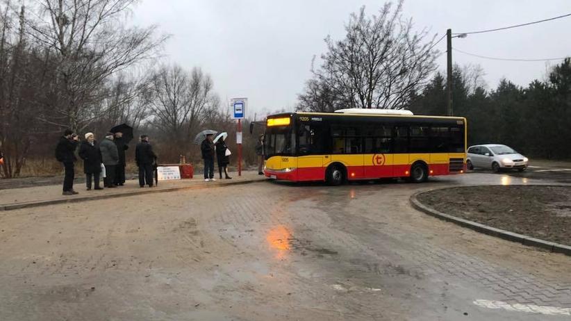Czekali prawie 70 lat na autobus. Nie mieszkają na końcu świata, tylko w... Warszawie