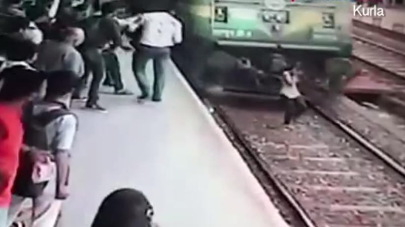 19-latka wpadła pod pociąg w Bombaju. Cudem uniknęła śmierci [WIDEO]