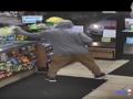 20-latek obrabował sklep na oczach policjanta. Źle na tym wyszedł [WIDEO]