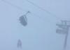 Trudne warunki w Alpach: turyści odcięci od świata, wiatr miota wyciągami [WIDEO]