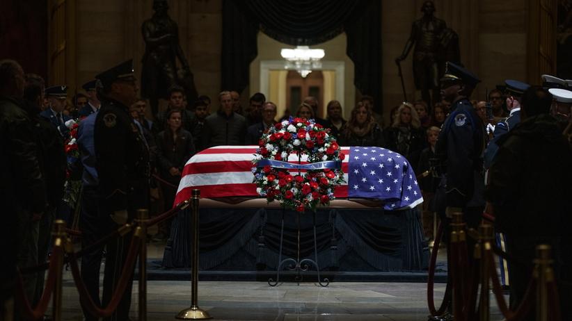 Amerykanie żegnają na Kapitolu George'a H. W. Busha. Trumna wystawiona na widok publiczny