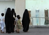 Kobieta przechadzała się ulicą w krótkiej spódnicy. Teraz szukają jej władze [WIDEO]