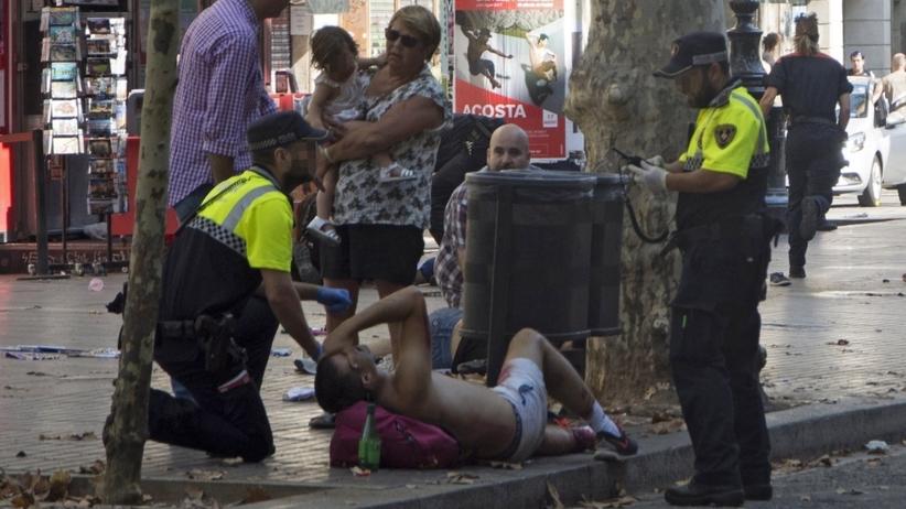 Atak terrorystyczny w Barcelonie w kadrze fotoreporterów. Wstrząsające zdjęcia tuż po tragedii [GALERIA]