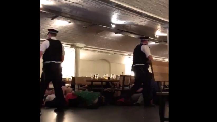 ''Na ziemię, na ziemię''. Dramatyczne nagranie z londyńskiego baru [WIDEO]