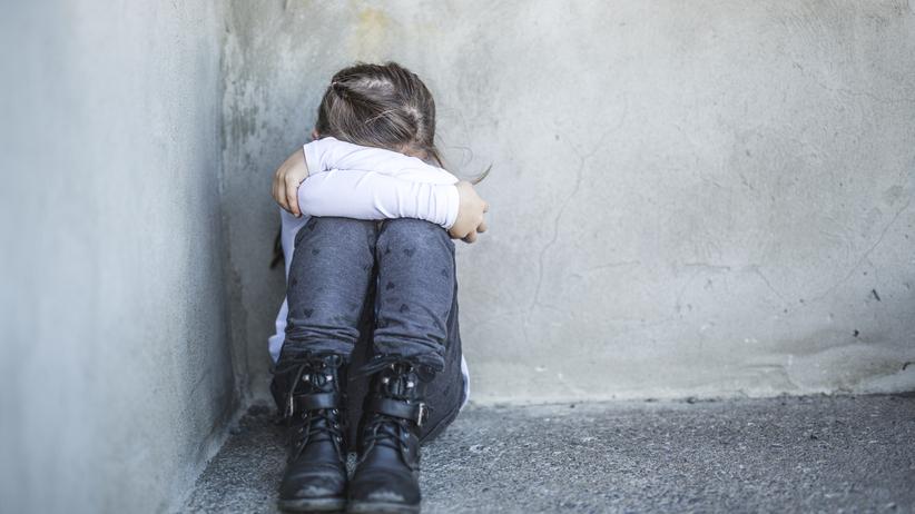 7-letni chłopcy obejrzeli film pornograficzny i zaatakowali 6-latkę