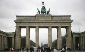 """Berlin: instalacja """"Monument"""" przed Bramą Brandenburską. Nawiązuje do wojny w Syrii [FOTO]"""