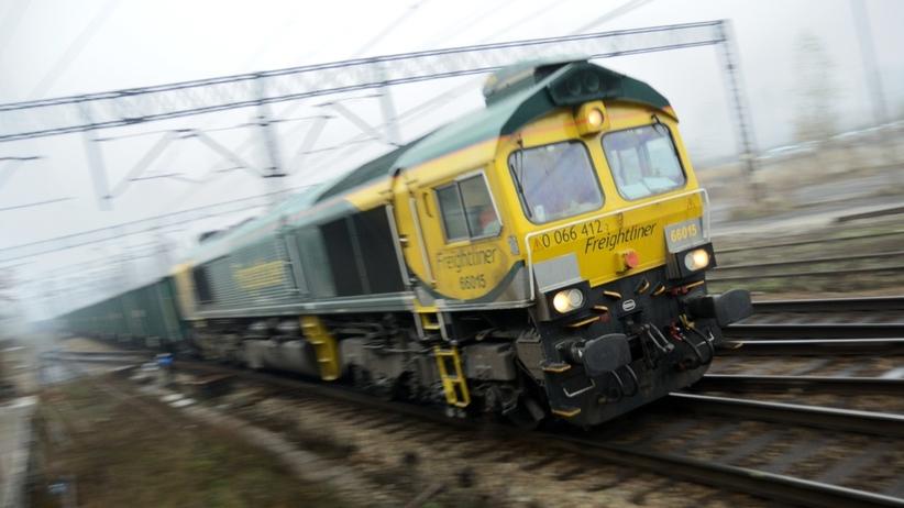 Nielegalni migranci w pociągu towarowym. Wśród nich kilkoro dzieci