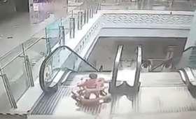 Dramatyczne sceny w centrum handlowym. Malutkie dziecko spadło z ruchomych schodów [WIDEO]