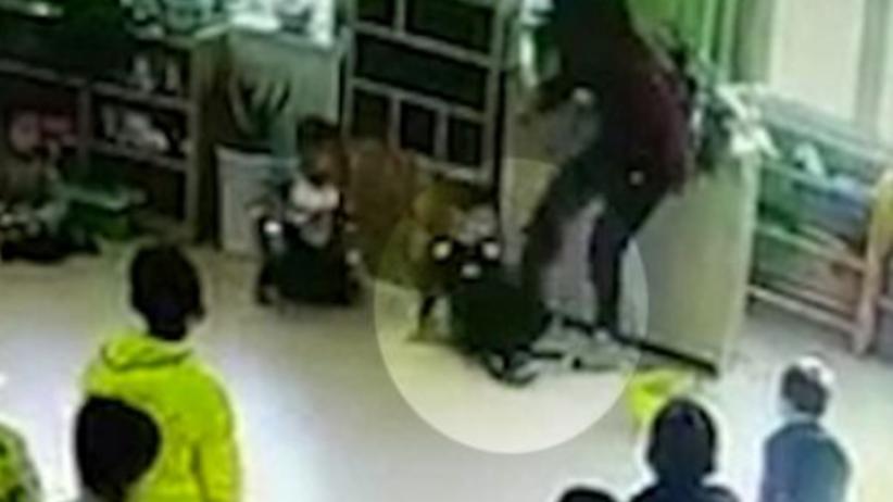 Nauczycielka kopie i bije dzieci. Przerażające nagranie ze żłobka [WIDEO]
