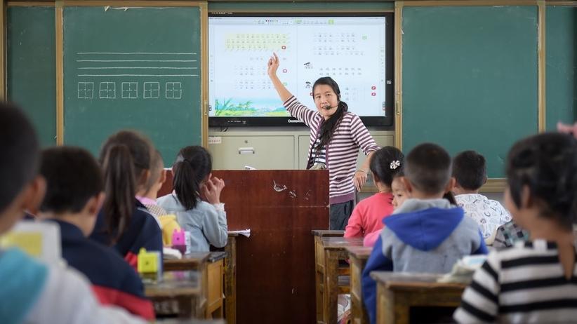 Chiny. Przez niski wzrost studenkta nie może uczyć w szkole