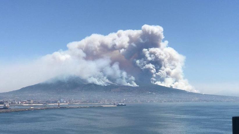 Chmura dymu nad Neapolem. Ludzie uciekali myśląc, że wybuchł Wezuwiusz