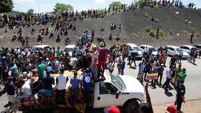 Ciężarówka z pomocą humanitarną wjechała do Wenezueli. Zamieszki na granicy z Kolumbią