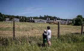 Chlewnia na terenie byłego obozu koncentracyjnego. ''Hańba i brak szacunku''